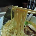 72377979 - 麺は平打ち中~中太縮れ麺、加水率は中高級。