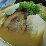 72377984 - 鶏レアチャーシューは胡椒で香り付けされ、肉の旨味を引き立てたシンプルな味。