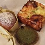 72386070 - 玉ねぎとチーズのパン、黒豆のクリームパン、抹茶と黒豆のタルト