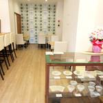 茶菓 えん寿 - カウンターとテーブル3卓の店内は禁煙