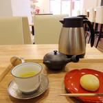 茶菓 えん寿 - 釜炒り茶いずみ。静岡県本山 高橋一彰生産(主菓子は望月)セットで800円