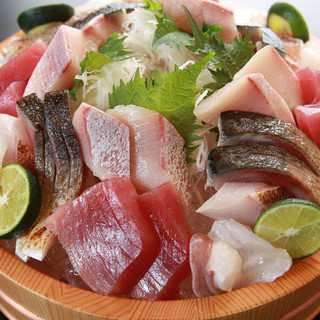 市場から仕入れる日本海の新鮮な海の幸。