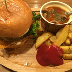 ゴホウビダイナー - ビーフシチューが、ハンバーガーの濃い味に、負けてしまってますが、これだけで食べたら美味しいみたい!お肉たっぷり!