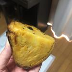 ラ・イモンチ - 安納芋を半分に切ってみました!見るからに美味しそうな色!