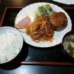 くま - ナポリタン、コロッケ、ハムエッグの盛り合わせ定食(¥800)