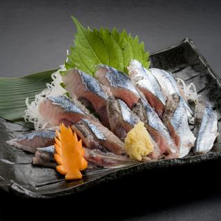 新鮮な地魚を、店主の巧みな腕前で妙味ある逸品に