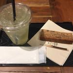 あかりまど - 金木犀の緑茶432円求肥バウムクーヘン302円