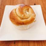ザ・ベーカリー&ペイストリー - アップルロール @130円 オーソドックスなパン生地に練り込まれた甘いアップルが印象的なおやつパン。