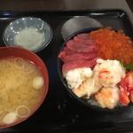 72427425 - タラバガニ・イクラ・生本鮪赤身丼(レギュラーサイズ)2700円