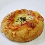 富崎ベーカリー - 全粒粉のピザトマトとアンチョビ