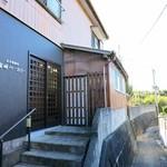 富崎ベーカリー - 漁師町の路地に佇む外観ですw