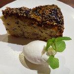 カフェ 呂久呂 - ごまとバナナのケーキ