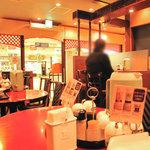 リンガーハット - 今まで訪問した中では一番照明が暗いリンガーハット。席はカウンター席や1~2人のテーブル席が多いです。
