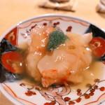 くろ﨑 - 増毛のボタン海老を軽く炙って頭の出汁をかけて