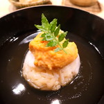 72430347 - 毛蟹のご飯で作ったのどぐろの蒸し寿司にバフンウニを乗せて餡掛けに
