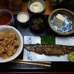 玄米ハウス ひろ作 - 魚を選択したらサンマ。タマゴは別料金。まだ全部揃ってない。この日の小鉢はモロヘイヤ