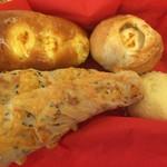 パン・デ・パン - とうもろこしパン、ごまチーズスティック、カマンベールフランス、コロコロチーズ