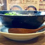 """金久右衛門 - """"大阪ブラック""""のサイドビュー。湯気が出ている感じがイイ。『熱くないラーメンは、ラーメンではない!』"""