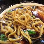 金久右衛門 - 平打太麺のアップ。