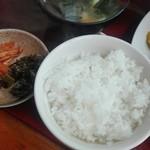 72449846 - ランチセット(味噌汁・漬け物・ライス)