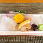 日本料理 花野江 - 蓋を開けると‥お造り
