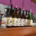 日本料理 花野江 - カウンター前にはお酒や焼酎がズラリ。