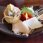 72457982 - 金目鯛焼き魚と刺身膳 税込@2,268円 の刺身4種はこちらの通り。実は鯛のお刺身がなかったのは計算外…(>_<)このなかで1番おいしかったのはアジ。