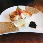 72457984 - 金目鯛焼き魚と刺身膳 税込@2,268円 の焼き魚。                       味つけは味噌or塩が人気とのことで、今回は塩でオーダー。鯛がおいしいから、個人的にはシンプルな塩焼きで大正解◎ 添えられた佃煮はとても甘め。