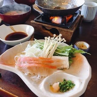網元料理 徳造丸 本店 - 金目鯛彩り3膳 税込@3,780円 のしゃぶしゃぶ。 金目鯛は贅沢に厚く大きくカットされていて、程よい身のしまりを感じられます。