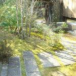 ももぐさカフェ - ギャラリー前の庭。