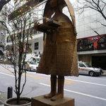 7246695 - お店が入っているビルの前にある彫刻