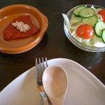 カフェコンレチェ - 料理写真:まずはタパスとサラダから。
