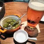 72460669 - 生ビール「バスペールエール」+突出し「自家製オリーブ」