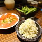 ヂンギス邸 - 追加で、ポテサラ、枝豆、トマト