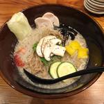 ソラノイロ トンコツ&キノコ - キノコのベジ白湯ソバ920円