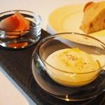 NARITA YUTAKA - 自家製スモークチーズのムース、鎌倉野菜のピクルス