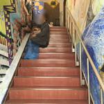 72476579 - 階段で絵描きが壁に絵を描いている真っ最中