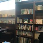 すずの木カフェ - 本棚には本ぎっしり