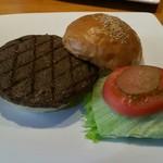 三軒茶屋バーガークラブ Produced by1010Noel Dr. - 国産グリルバーガー 1000円。肉にしっかり下味が付いているので、肉本来の味を楽しめます。プラス410円でサラダセットにできます。ソフトドリンクもつきます。