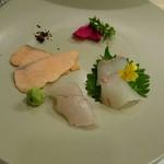 72489034 - ④お造り「昆布の香り 時鮭ルイベと白身 うに醤油」平目、松川鰈、時鮭ルイベ