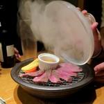 個室居酒屋 東京燻製劇場 - パカッ!スタッフがフタを開けると…