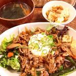カフェ シオン - 豚肉とお野菜の甘辛丼〜温玉のせ