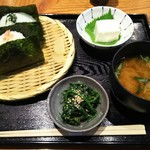 72494139 - [にぎりたて]『しゃけ』と『野沢菜』・[小鉢]『天然にがり豆腐(冷奴)』と『ほうれん草ごま和え』・『みそ汁』