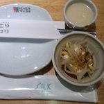 7251995 - 突き出しの韓国風冷奴と生マッコリ