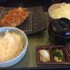 綾 - 料理写真:梅しそとんかつ定食、ソースの皿が4枚用意されています