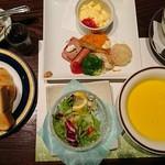 72520983 - コーンスープ、サラダ、ヨーグルト、メイン、パンそして珈琲がつきます。