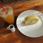 ナチュラルカフェ コンポステラ - 杏ソーダ、ロールケーキ