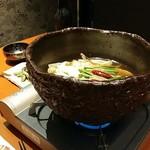 博多前炉ばた 一承 - もつ鍋です。お鍋は有田焼なのだとか