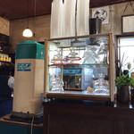 三船屋菓子店 - この、器の棚も、昔から変わっていない気が。 氷マシーンは、昔は、あの富士山のやつでした。