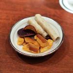 バー キュラソー - お通しのチーズ